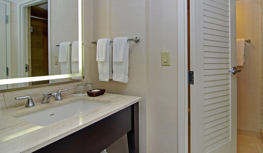/hotelphotos/thumb-860x501-159452-Hilton Buena Vista Palace Bathroom.jpg