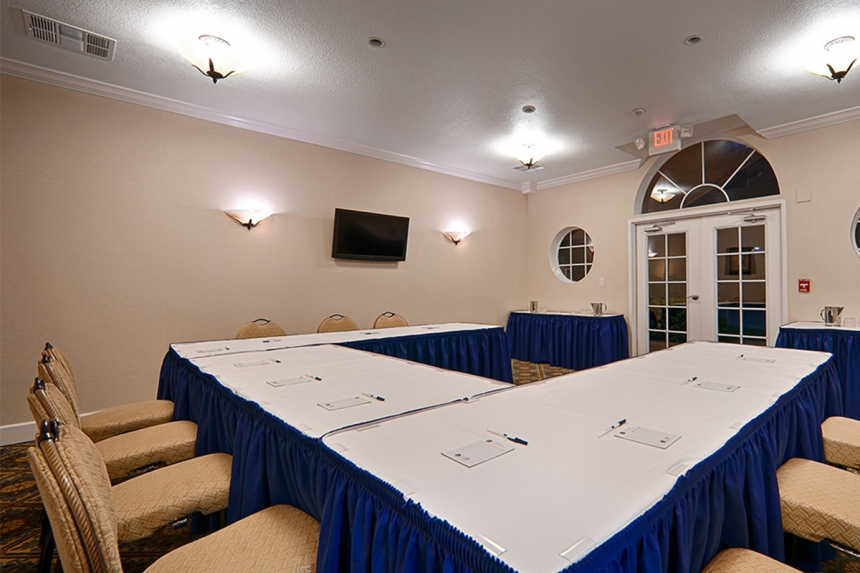 /hotelphotos/thumb-860x573-217409-Saratoga RV Meeting room.jpg