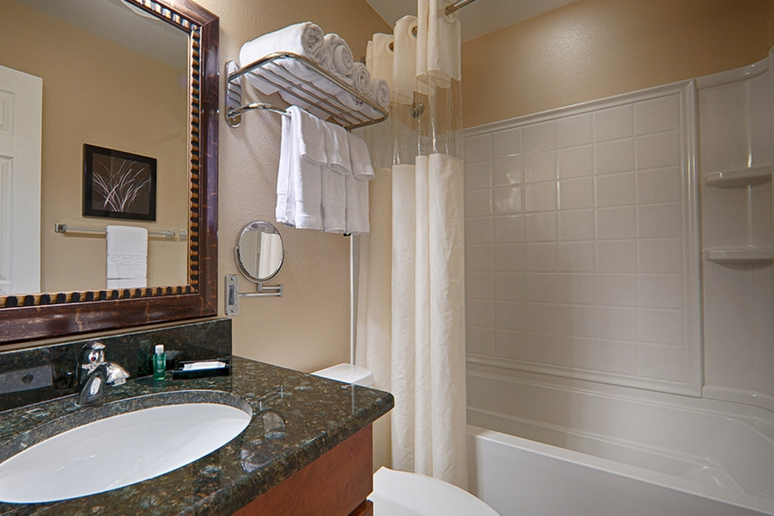 /hotelphotos/thumb-860x573-223145-Saratoga RV Bathroom 2Beds BF.jpg