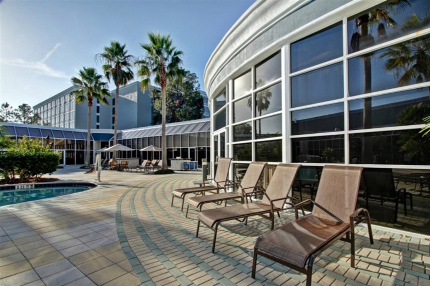 /hotelphotos/thumb-860x573-271474-Radisson Park Inn Pool 1.jpg