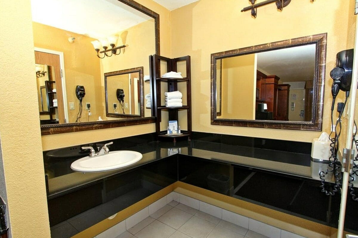 Baymont Inn and Suites Disney Orlando Hotel Bath